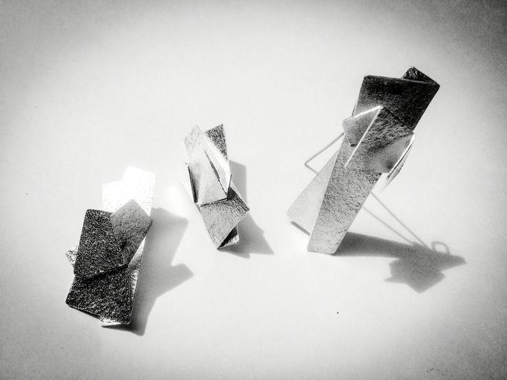 """Piezas en plata ley 9,25, calado, armado de la exposición """"aleaciones"""", para Oscar Posada, por Andrés Rodríguez @cerogaleria #artecolombiano #galeriacero #hechoamano #diseñocolombiano #artebogota #artebogotano #joyeriacontemporanea #jewelryactivist #jewelry #joyeriacolombiana"""