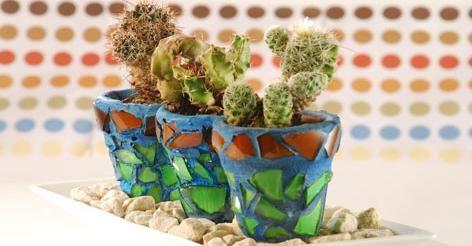 Centro de mesa con macetas decoradas con mosaico