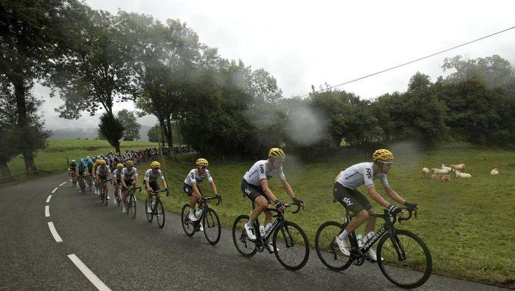 OG09 PEYRAGUDES (FRANCIA) 13/07/2017.- Vista del pelotón durante la duodécima etapa del Tour de Francia, de 214,5 km, entre las localidades de Pau y Peyragudes (Francia), hoy 13 de julio de 2017. EFE/Yoan Valat