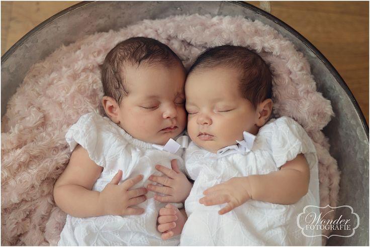 Newborn Fotoshoot Tweeling Meisjes Fotografie Zusjes Fotograaf Almere http://www.wonder-fotografie.nl