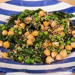 Insalata fredda di quinoa con spinaci,ceci e piselli. Sul blog oggi. Dovete provarla! (Assolutamente senza glutine)  #ricette #chiaramaci #glutenfree @ceramicartisticasolimene