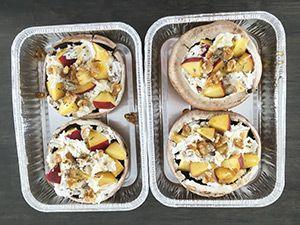 Grote gevulde champignons met geitenkaas, perzik en walnoot. Heerlijk vegetarisch gerecht van de bbq