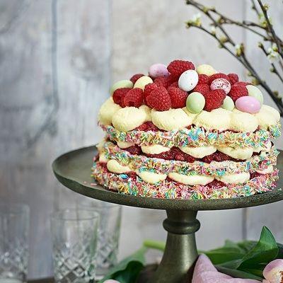 Bild på Påsktårta med vit chokladmousse, lime och hallon