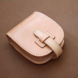 """以前制作していました、ボタンデザインがかわいい革の2つ折のお財布。この度、復刻いたします。お札ポケット×2・小銭・カードポケット3段。小銭入れ部分はカードケースとして使用できるように設計しています。(ポケット部開画像は参考画像です。刻印位置は外面に変更されています。)ホックのボタンデザインがポイントです。うしろのポッケにもスッと入れて頂けると思います。素上げヌメ革を使って手縫いで仕上げておりますので、エイジング、質感の良いのはもちろん、肌への馴染み感が良いのです。ヌメ革はつかう人それぞれのライフスタイルに合わせて変化します。まさに育てるお財布といえます。革の変化を存分に味わいたい方は是非。 """"シンプルを上質に """" を工房のコンセプトに、一点ずつ丁寧に仕上げています。プレゼントやご自分での使用に。※ラッピングをお受けしております。その旨お知らせ頂きましたらお包みいたします。size:約12×9(cm)※受注制作にてお作りさせて頂いております。通常の工房商品と違いまして少々お時間いただきます。春のおでかけハンドメイド"""