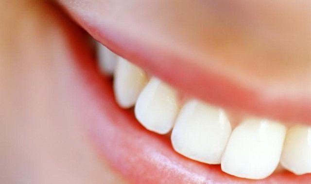 Toda gente deseja ter dentes brancos, no entanto alguns hábitos do dia a dia facilitam os desgastes da dentição e da cor branca que eles naturalmente possuem. Existem vários métodos para reverter esta situação, mas a maioria é muito dispendioso.  Existem técnicas simples, de baixo custo e que funcionam muito bem no branqueamento dos dentes, como é o caso da casca da banana.