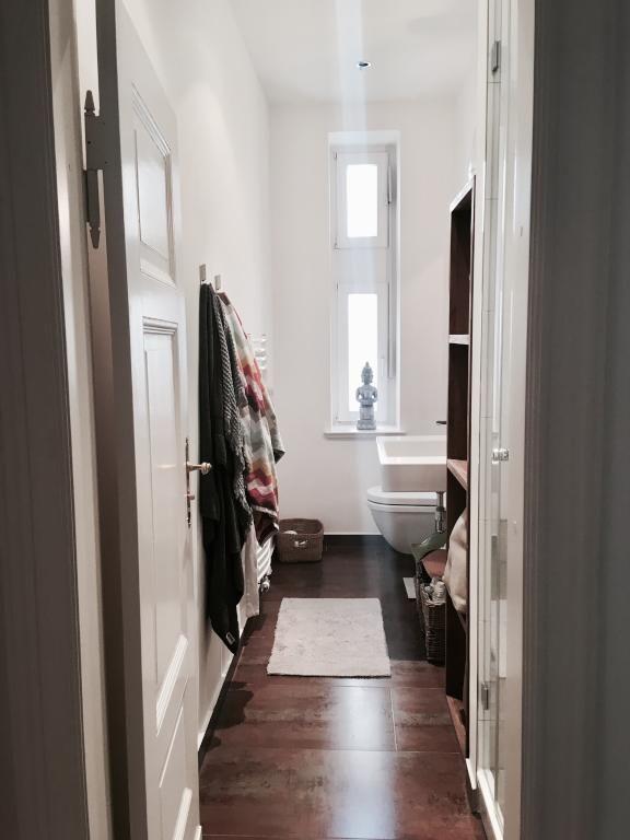 Dunkler Holzboden, Hohe Decken Und Weiß Gestrichene Wände: Einrichtungsidee  Für Schmales Altbau Badezimmer