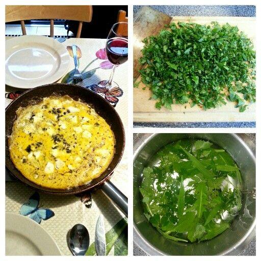 OMELETA ME HORTA (omelet met wilde bladgroentes) Ingrediënten: - 4 eieren - horta (wilde bladgroenten: b.v. blad van fluitenkruid, zevenblad, zuring, smalle weegbree, look zonder look en paardenbloem) - peper (& eventueel zout) - olijfolie - feta. Bereiding: Klop de eieren los in een schaal. Verhit een flinke scheut olijfolie in een koekenpan. Doe 2 flinke handen horta in de koekenpan. Bak de horta tot het een iets donkerder kleur heeft. Verkruimel feta over de horta. Blijf de horta en feta…