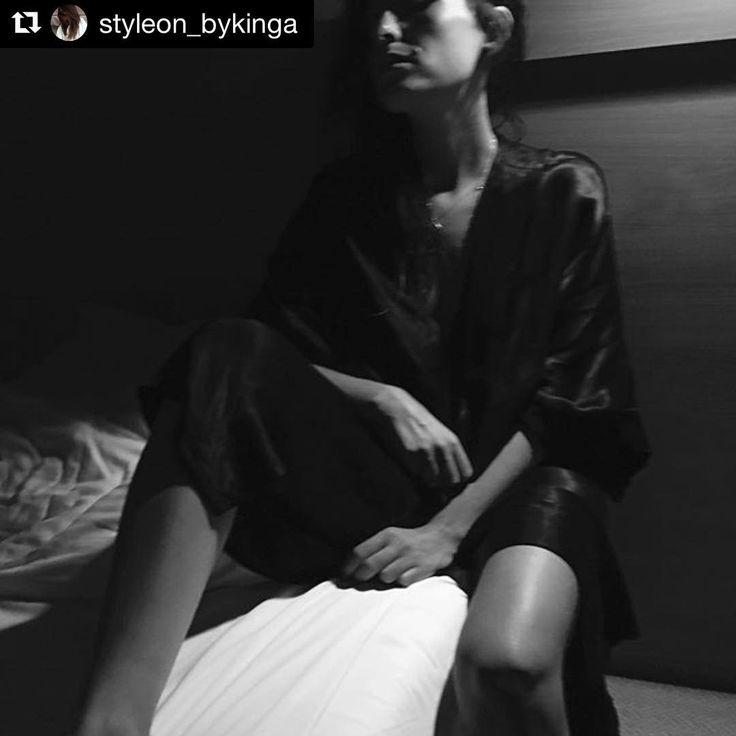 Mood 🌙 @styleon_bykinga #night #style #satin #look #mood #blackandwhite #goodevening #comfort #minimal #chic #kimono #minimalism #relax #evening #sleepwear #homewear #inspiration #moyestore #moyehomewear