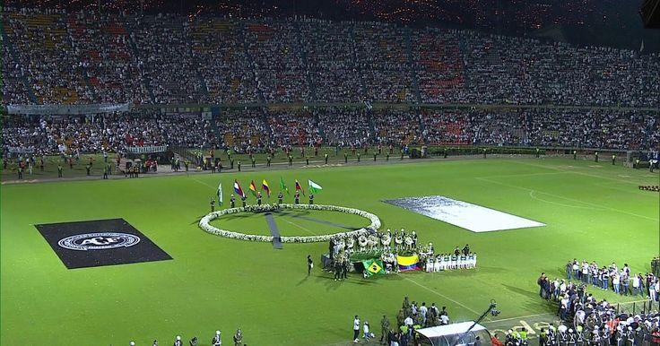 Medellín tem homenagem às vítimas do acidente de avião da Chapecoense Estádio seria local do primeiro jogo da final da Copa Sul-Americana. Arena Condá, casa do clube em Chapecó, também prestou homenagem.