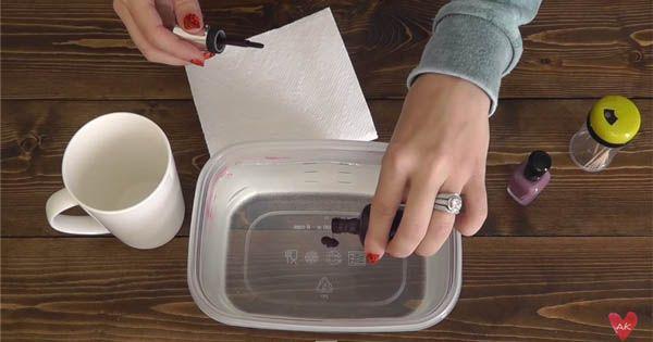 Kreatívny diy nápad s návodom urob si sám na originálne a štýlové hrnčeky zdobené lakom na nechty. Lakované poháre ako vodovými farbami. Handmade darček