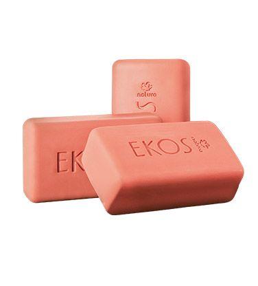 Forma uma camada protetora que mantém a hidratação natural da pele, limpando-a delicadamente sem ressecar.