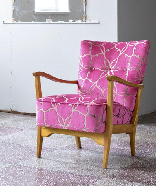 50 luvun nojatuoli perusteellisen kunnostuksen jälkeen Harlequinin kankaalla verhoiltuna.