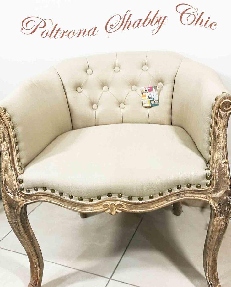 Poltrona Imbottita Shabby Chic con struttura in legno effetto decapato e rivestimento in tessuto colore beige. Scopri le eccezionali ed esclusive offerte Mobilia Store
