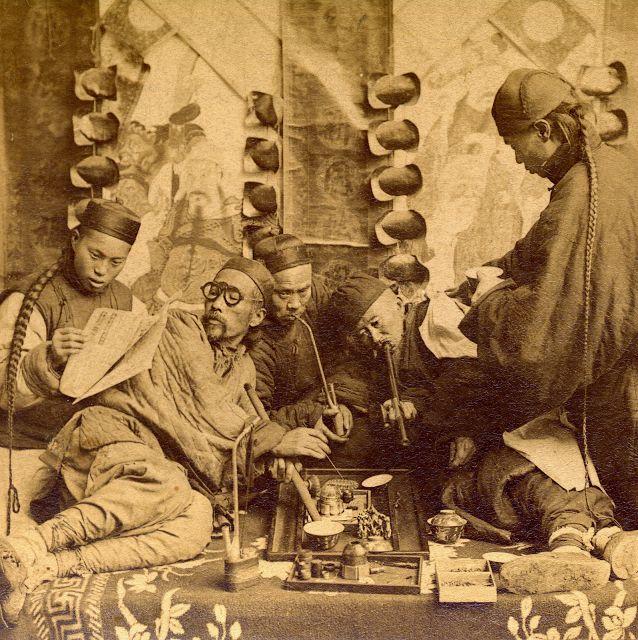 Foto na História: Fumantes chineses de ópio em 1901