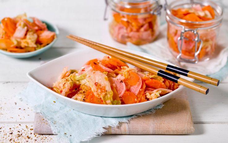 Oppskrift på kimchi, eller fermenterte grønnsaker. Koreas nasjonalrett og stadig økende i popularitet her hjemme. I tillegg til å smake veldig godt, er kimchi kåret til verdens sunneste rett. Husk at kimchien skal stå under press på kjøkkenbenken i 3 dager.
