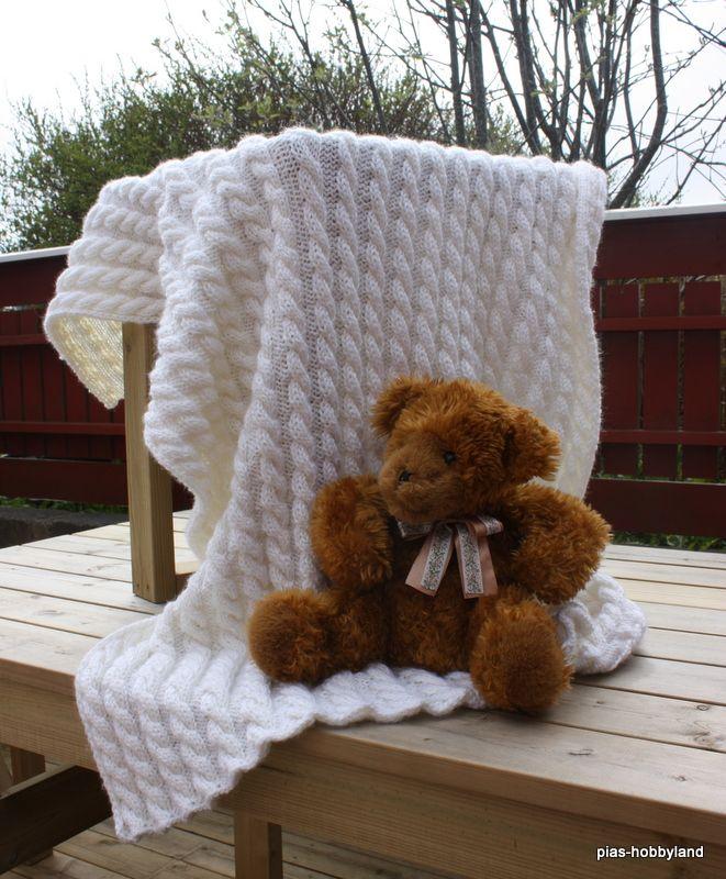 strikket pledd med fletter knitted blanket with cables