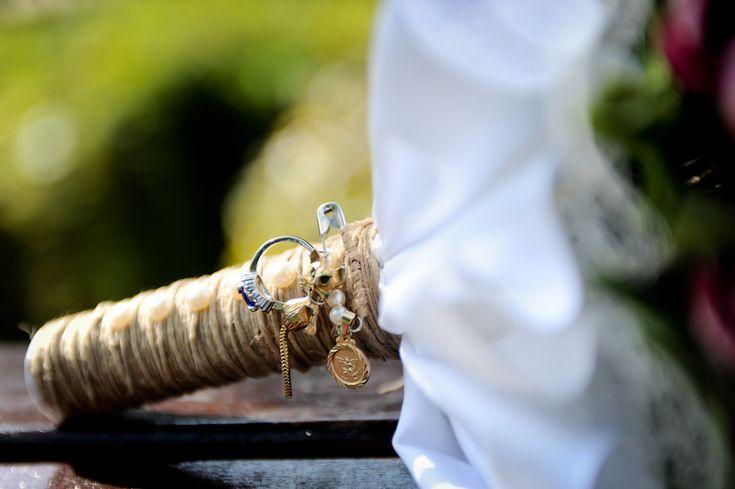 Algo novo, algo velho, algo emprestado e algo azul. E uma moeda no sapato. Sabe como funciona essa tradição nos casamentos? Acesse nosso blog: http://casacomidaeroupaespalhada.com/2015/07/27/algo-novo-velho-emprestado-e-azul-e-uma-moeda/