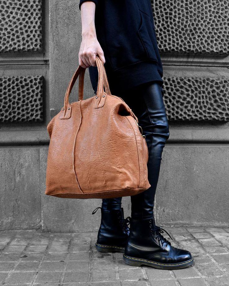 Feliz Weekend para todos! Os dejamos con uno de nuestros favoritos temporada tras  temporada: Backroom. Queréis un 10% en vuestra compra? Es muy fácil: Solo tenéis que ir  a nuestra web y suscribiros a la Newsletter. . . .  #brussosa #outfitoftheday #leatherbag #leatherlove #spain #bag #leather #leathergoods #bolso #style#streetstyle #barcelona #shopping#shoplocal #slowfashion #handmade #madeinispain #handmadebag#oneofakind #original #exclusive #가죽가방바르셀 로나#바르셀로나 #가죽 가방