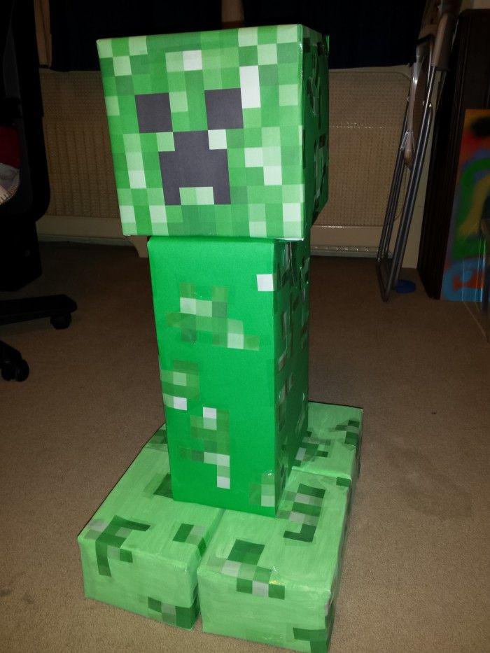 Leuke surprise van de Creeper van Minecraft. Gemaakt van oude dozen en gekleurd papier. Je kan op internet zoeken naar plaatjes van zijn gezicht en uitprinten. Zo hoef je niet elk blokje apart uit te knippen!
