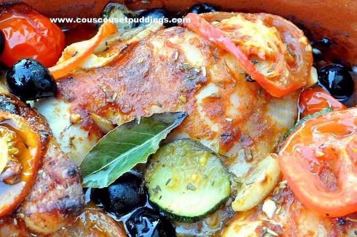 Un plat de poulet au four bien coloré, aux poivrons, tomates, courgettes, oignon et olives noires. Ingrédients: cuisse de poulet tomates oignon poivrons courgettes olives noires thum, laurier, herbes de provence huile sel, poivre, paprika Méthode de préparation:...