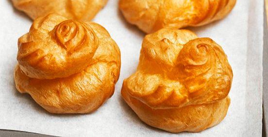 Gougères au Comté et à la béchamel : De la farine, du beurre, des œufs, du Comté et du lait.