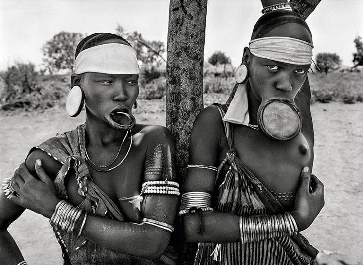 As mulheres Mursi e Surma na Etiópia são as últimas no mundo a usar estes aros alargadores no lábio. Não está claro exatamente por que ou como este costume evoluiu, mas é uma marca de mulheres que nascem em uma classe alta da sociedade (2007)