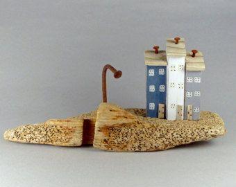 Chunky drijfhout helling en 4 kleine kust huisjes door CoastinHome