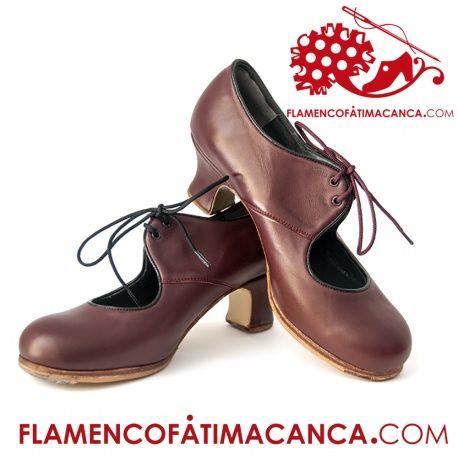 Modelo Lazo Calzado flamenco de línea clásica y abotinada la cual se sujeta con cordones. Pieles y forros de 1º calidad. Suela doble de cuero cosida. Doble cantidad de clavos en puntera y tacón puesto uno a uno con pulido final. Refuerzos en puntera y talón. Filis antideslizantes. Fabricado artesanalmente por profesional del calzado. El proceso de fabricación de los zapatos es de unos 15/20 días.
