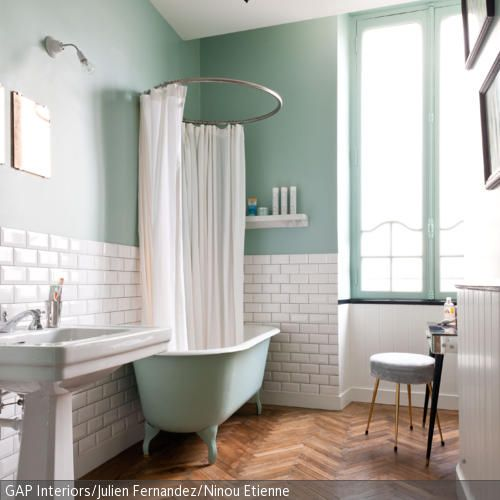 Der Weiße Duschvorhang Mit Runder Stange Ist Ein Stilsicheres Mittel, Um  Die Schöne Freistehende Badewanne