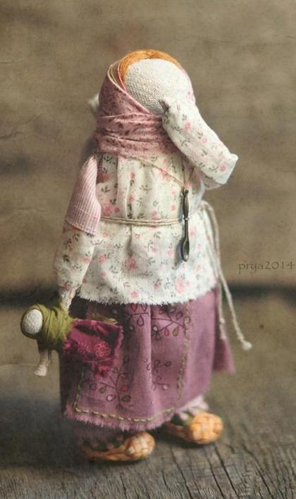 Кукла-образ `...что же там написано?`. ...по-моему, всё -в названии.:))    Кукла стоит самостоятельно.