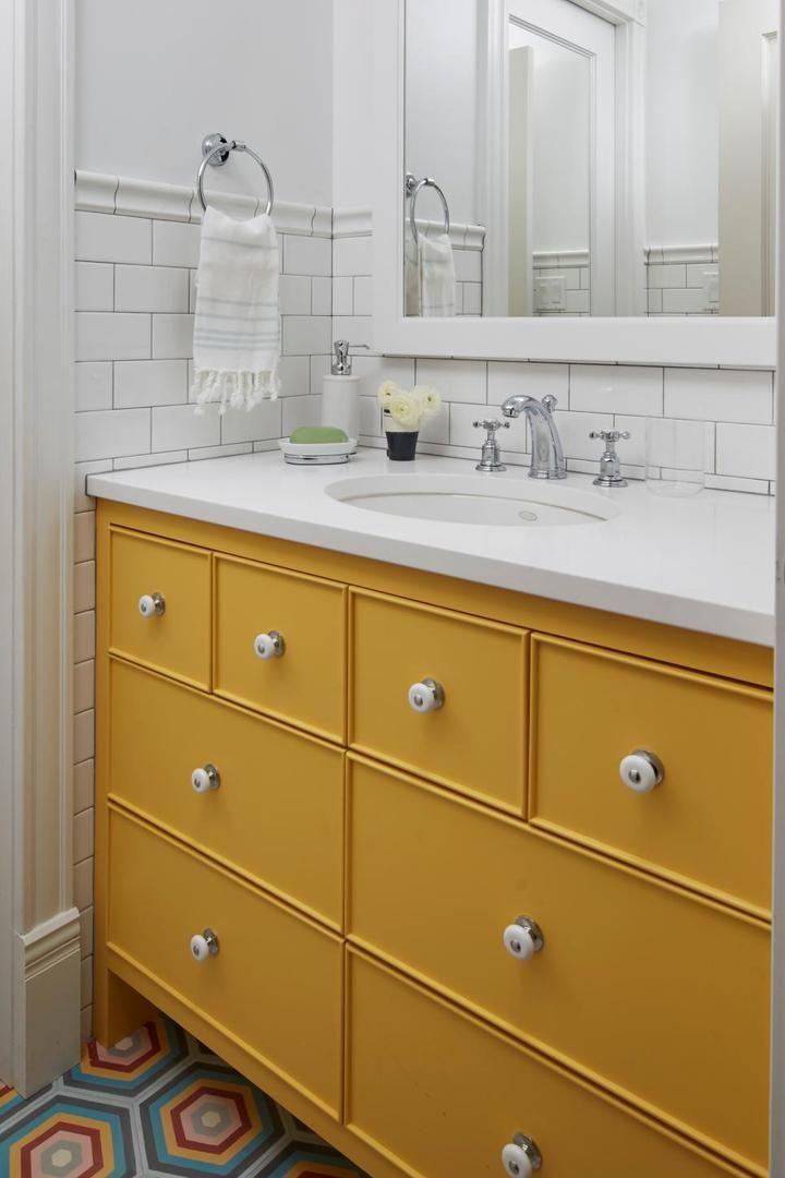 Бело-горчичная мебель для ванной комнаты. #белая_мебель_для_ванной_комнаты
