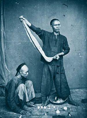 La fotografía antigua tiene un poder evocador que enamora. Por ello no podía dejar de traer a este cuaderno las fotografías del aventurero John Thomson. Jonh Thomson (1837-1921) nació en Edimburgo…