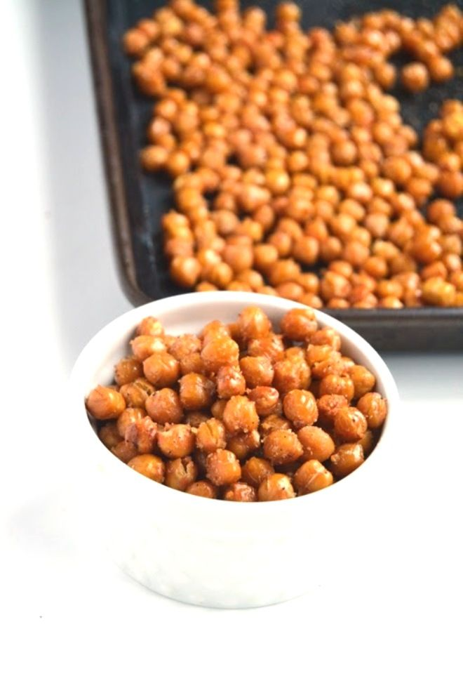 These simple and easy Roasted Chickpeas make the perfect healthy and filling snack! They are protein-rich, fiber packed and irresistible! www.nutritionistreviews.com