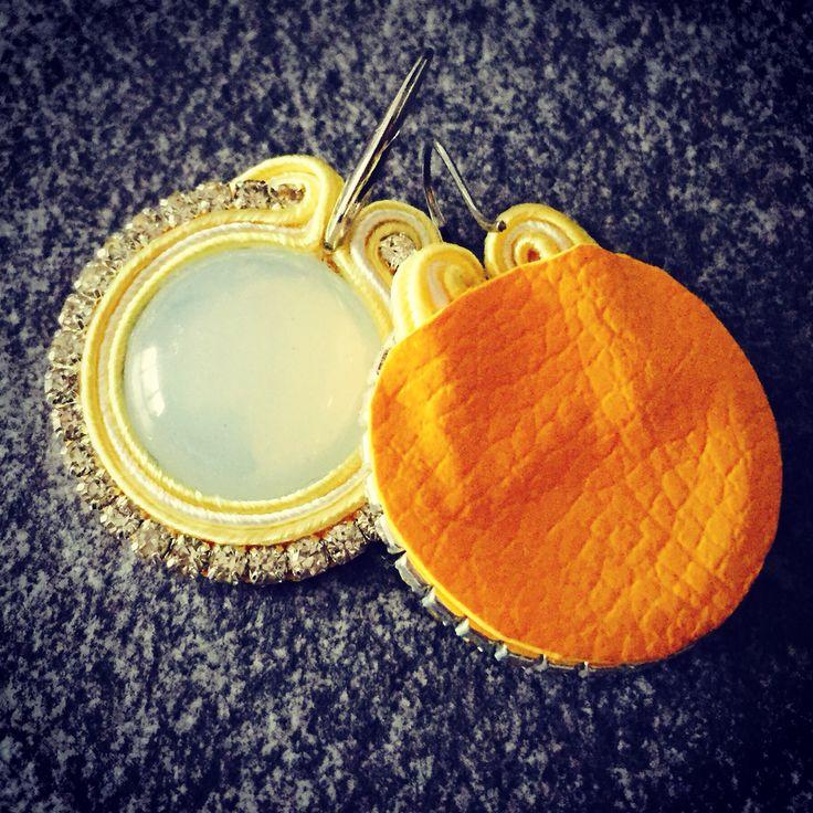 """Oggi il sole lo porta DD con gli orecchini """"SOLE"""" (appunto ☺️) rifiniti con ecopelle gialla sul lato posteriore ☀️☀️☀️"""