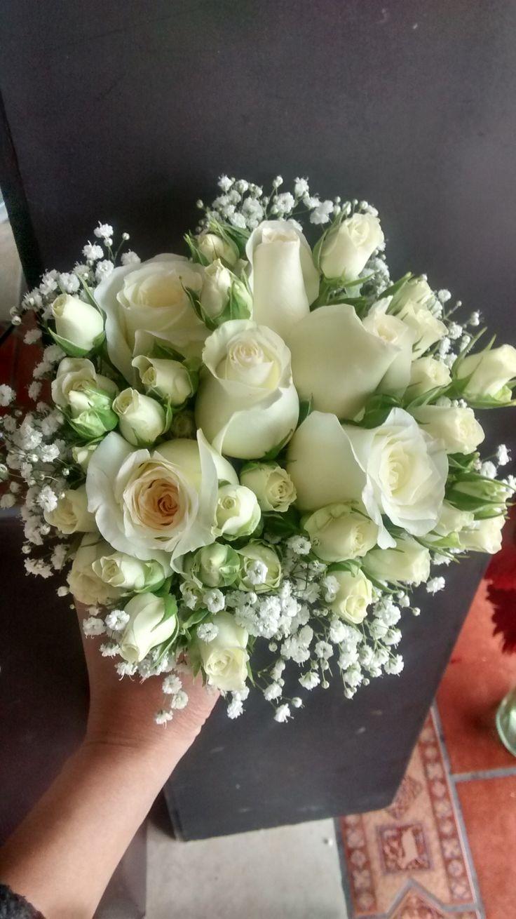 Ramo de rosas blancas,minirosas y. ideal para tus damas.