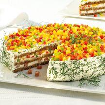 Herzhafte Schwarzbrot-Frischkäse-Torte