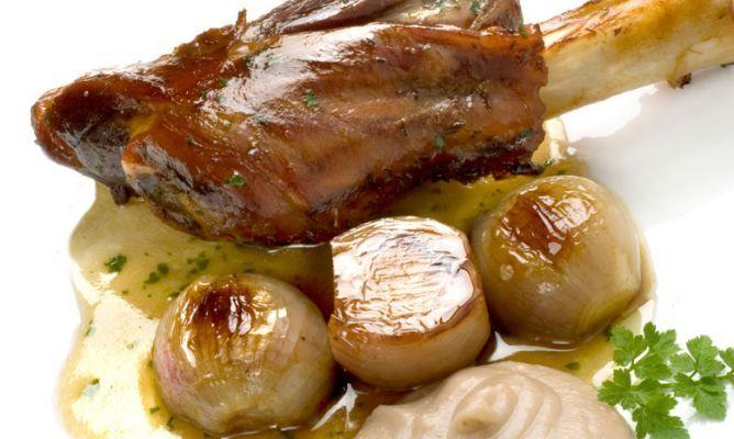 Receta de Jarretes asados con puré de manzana y castañas