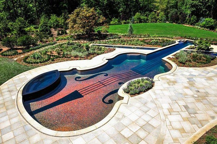 Kolam renang unik biola stradivarius dibangun oleh Cipriano Landscape Design dengan ketelitian sehingga menampilkan kesempurnaan yang luar biasa