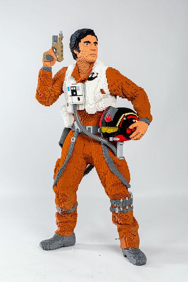 Grandeur nature Lego Poe Dameron  Fabriqué à partir de 22,736 briques, il pèse 112 livres et supports 67,3 pouces de hauteur.