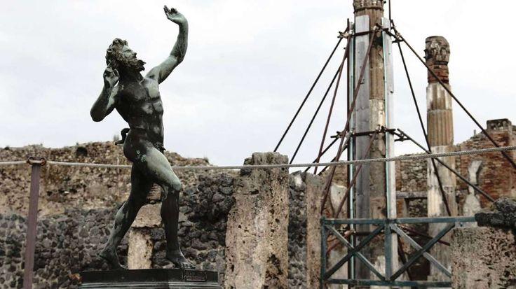 Wichtigste Ausgrabungsstätte Siebenhundert Jahre lang war Pompeji eine blühende Metropole am Mittelmeer gewesen, doch nach dem Vulkanausbruch geriet die Stadt völlig in Vergessenheit. Angehörige der Bewohner und Grabräuber hatten Wertgegenstände mitgenommen; die komplette Region blieb lange nur dünn besiedelt. Erst im 18. Jahrhundert entdeckten Forscher, dass im Erdboden eine nahezu perfekt konservierte römische Stadt schlummerte. Heute gilt Pompeji als eine der wichtigsten archäologischen…