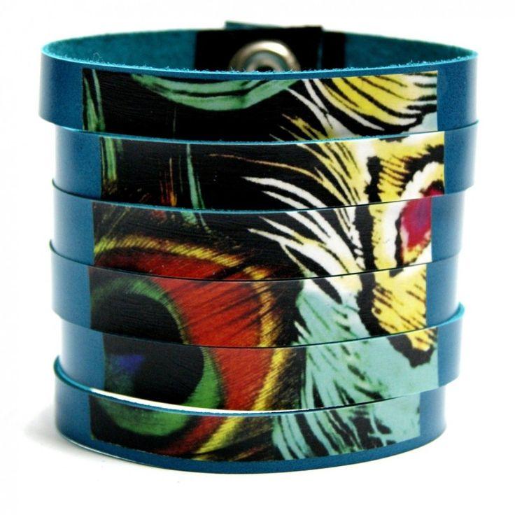 Bransoletka artystyczna z naturalnej skóry - zamszu w kolorze turkusowym, Wzór przedstawia egzotyczne pióro. #bracelet #bransoletki #pióro #skóra #moda #prezent #ozdoba