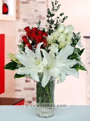 Sevgisi kalbinizi dolduran aşkınıza, bu aşkın gücünü en güzel biçimde gösterebilecek büyüleyici bir çiçek. Leon vazoda lilyum, kırmızı gül ve beyaz gülden oluşan bu hoş aranjman, aşkınızın en göz alıcı şahidi olacak.  http://www.ciceksepeti.com/leon-vazoda-lilyum-kirmizi-ve-beyaz-guller