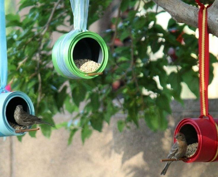 Las latas, pintadas y colgadas horizontalmente en los árboles, pueden convertirse en bonitoscomederos para aves, para que ellas se acerquen con su canto a tu jardín.