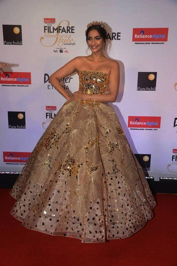 Sonam Kapoor In Atelier Zuhra – Filmfare Glamour and Style Awards 2017