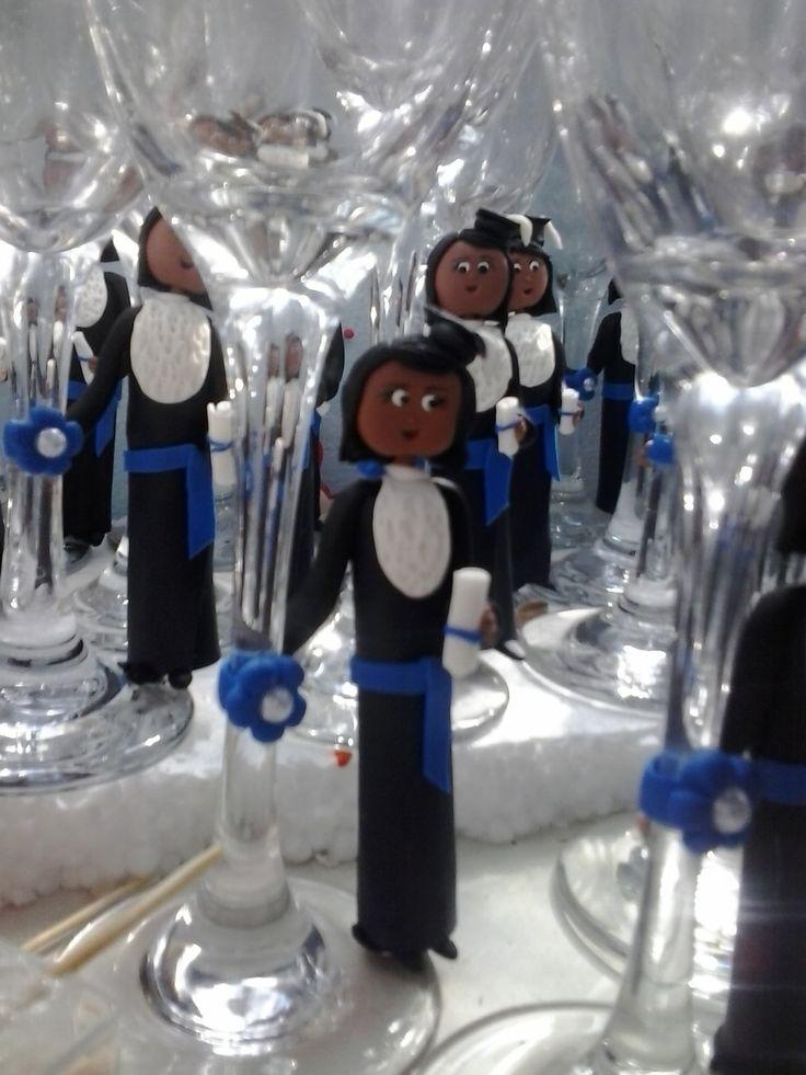 taça de vidro com boneca personalizada de biscuit para formatura( personalizamos cor da pele ,cabelo e roupa ),rosto estilo bonequinha.