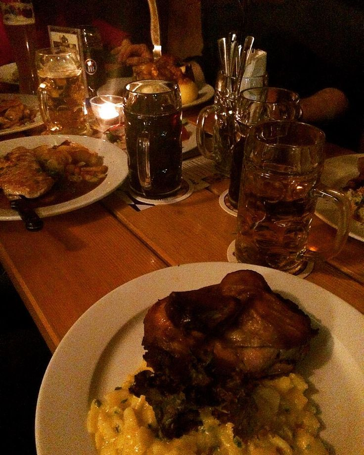 #hofbräuhaus #yummi #haxe #brathendl #maß #family #saturday #night #meal #dinner #deftig #zünftig  by tatjanaannelie #haxenhaus #people #food