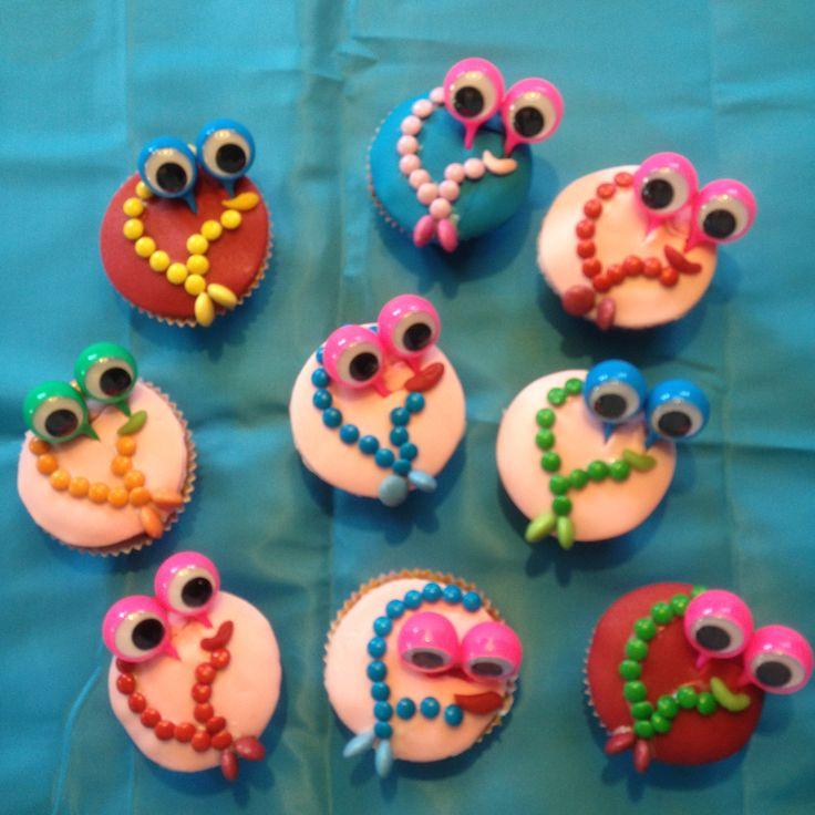 """Traktatie bij het afscheid van het kinderdagverblijf: """"Ik voelde me hier als een vis in het water, nu ga ik in het diepe zwemmen!"""" Vissen cupcakes met voor de kids een vinger spion speelgoedje."""