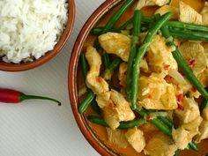 Een makkelijke curry uit het laatste kookboek van Ramon Beuk. Lekker pittig met kip, kokos en boontjes   | http://degezondekok.nl