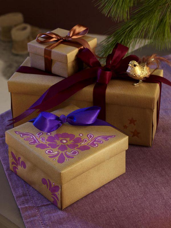 Packpapier (Bastelladen)Doppelseitiges Klebeband (Bastelladen)Blumenschablone (Bastelladen)Klebestreifen (z. B. von Tesa)Acrylfarbe in