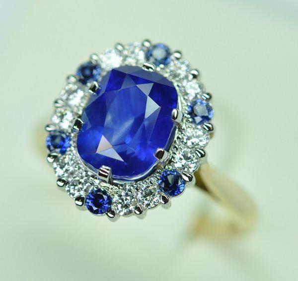 Bague saphir bleu royale & diamants, platine or jaune - http://www.bijouteriegriffon.com/project/bague-saphir-bleu-royale-diamants-platine-or-jaune/